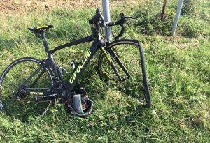 Si scontra con un'auto lungo la discesa di Momeliano: ciclista sbalzata e ferita seriamente