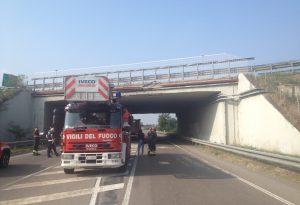 """Calcinacci di due chili si staccano dal ponte dell'A21, sottopasso chiuso. Residenti lanciano l'allarme: """"Colpita un'auto, abbiamo paura"""""""