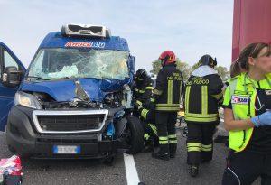 Scontro tra due furgoni in A21: feriti seriamente i guidatori. Tornato regolare il traffico verso Torino