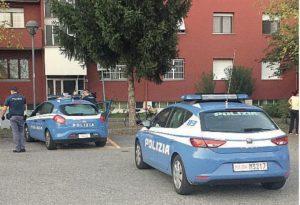 Tornano a casa e trovano un ladro che li aggredisce: la polizia arresta un uomo