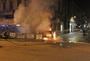 """""""Eravamo al bancone quando l'auto ha sfondato la vetrina e ha preso fuoco"""". Denunciato 24enne per guida in stato di ebbrezza"""