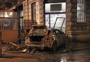 Strage sfiorata a Castello: auto si schianta nel bar affollato e si incendia. Conducente dai carabinieri. FOTO