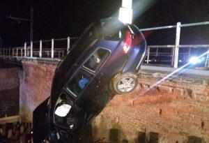 Perde il controllo dell'auto e precipita da un ponte: miracolato a Villanova