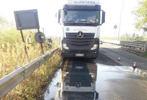 Ponte di Pievetta: camion urta i new jersey e perde gasolio dal serbatoio