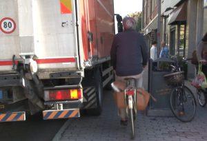 Pali, camion e la difficile convivenza ciclisti-pedoni a Barriera Genova