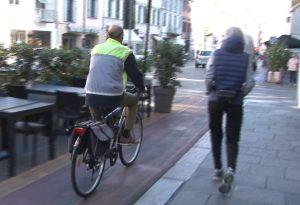 Viaggio verso il centro di Piacenza: ciclabile sul Corso, slalom tra tombini e camerieri