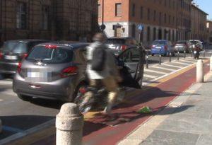 """Viaggio verso il centro: per i ciclisti portiere """"killer"""" sullo Stradone Farnese"""