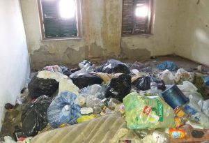 Immobile occupato e in condizioni igieniche allarmanti: intervengono Comune e carabinieri