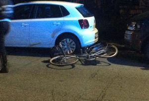 Falciata in bicicletta all'incrocio di via Poggi: donna portata in ospedale