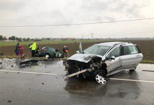 Violento scontro frontale tra due auto sulla Caorsana: tre feriti, vetture distrutte e traffico in tilt