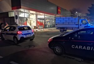 Altro assalto a un supermercato: vetrina sfondata, ma ladri a mani vuote