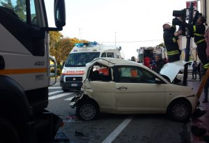 Camion contro auto: donna incastrata e liberata dai vigili del fuoco