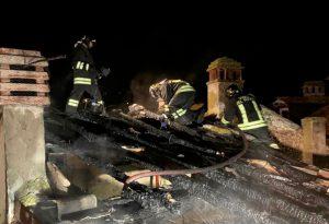 Incendio nella notte a Nibbiano, tetto distrutto dalle fiamme