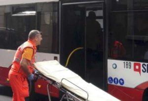 Cade mentre viaggia sull'autobus e muore il giorno dopo, la Procura apre un'indagine