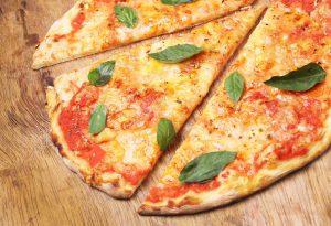Acqua, farina, pomodoro e mozzarella: pizza piatto completo