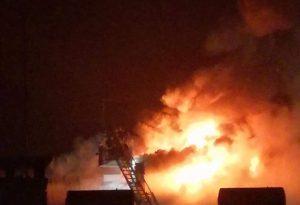 Paura a San Nicolò: divampa un incendio, le fiamme divorano il tetto di una palazzina