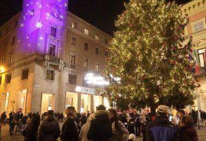 Si accende l'albero, la magia del Natale invade il centro storico