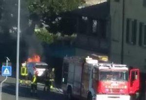 Auto in fiamme sulla Agazzana: tanta paura ma nessun ferito