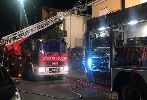 Ancora un incendio di un tetto, vigili del fuoco in azione evitano il peggio