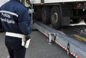 Camionisti al telefono mentre guidano: 25 multe e due patenti ritirate
