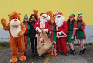Babbi Natale speciali in visita a 40 famiglie: una canzone per l'iniziativa