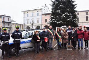 """Gli organizzatori della """"Notte per gli angeli"""" donano un defibrillatore alla polizia locale"""