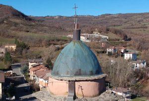 Scardinata dal vento, la croce del campanile di Morfasso è tornata in vetta
