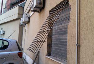 Colpo al negozio di ottica: bottino ingente, i ladri passati da una finestra sul retro