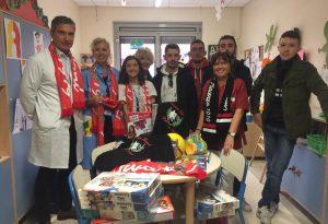 Magliette e giocattoli donati ai bambini ricoverati in Pediatria