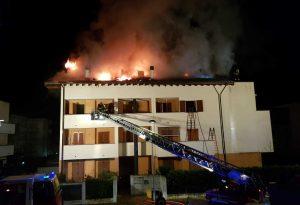 Domato l'incendio a San Nicolò. Pesantissimi i danni, evacuati nove appartamenti