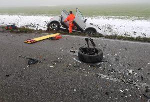 Auto e camion si scontrano frontalmente: tre feriti, tra cui un neonato
