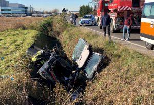 Scontro tra un furgone e un'auto lungo la via Emilia: donna di 37 anni in condizioni molto gravi