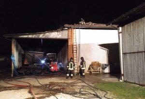 Maxi incendio nel gallettificio, 300mila euro di danni. In fiamme il tetto e diversi trattori