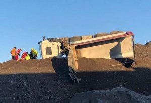 Camion si ribalta mentre scarica ghiaia: lievi ferite per l'autista