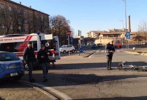 Investita in bicicletta a piazzale Libertà, ferita una donna