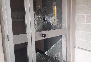 Sabato notte di pura follia in via Marinai d'Italia, vandali distruggono portoni dei palazzi e auto in sosta
