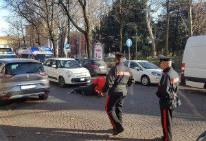 Travolto da un'auto mentre attraversa la strada: anziano ferito