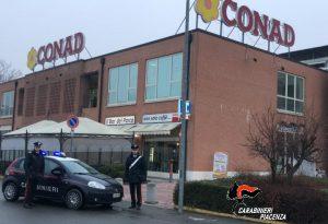 Sorpreso a rubare in un supermercato, picchia il gestore e si scaglia contro i carabinieri: arrestato