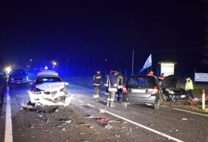 Tragedia lungo la via Emilia: schianto tra tre automobili, una vittima e tre feriti