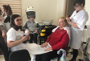 Bellezza senza età: parrucchiere e truccatrici per le ospiti del centro diurno