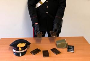 Girava con mezzo chilo di hashish nelle mutande: 17enne arrestato