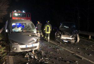 Spaventoso incidente frontale tra due auto poco dopo il cavalcavia per Santimento: due feriti