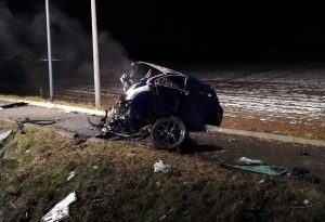 Auto esce di strada, si ribalta e prende fuoco: muore un giovane. Gravemente ferito il guidatore