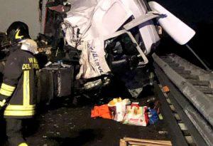 Incidente tra due camion in A1, autostrada riaperta al traffico. Lunghe code