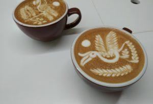Creazioni con il latte: quando la schiuma dei cappuccini diventa arte