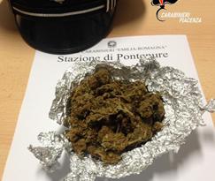 In bicicletta con 32 grammi di marijuana: 27enne denunciato