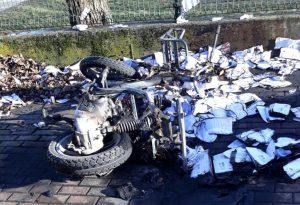 Prima perde olio, poi prende fuoco: moto di un corriere privato distrutta dalle fiamme in via De Longe