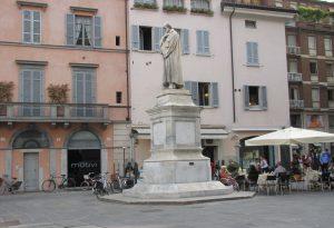 Graffiti sui palazzi e sulla statua di Romagnosi: denunciati quattro minorenni
