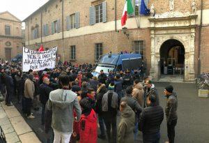 Processo per uno sciopero alla logistica, 200 Si-Cobas manifestano in tribunale
