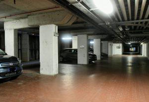 """""""Parcheggio inagibile"""", ma sotto Borgo Faxhall è pieno di auto che ignorano divieti e pericoli"""